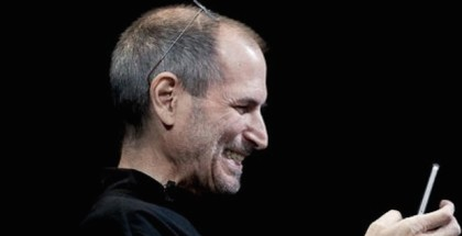 steve-jobs-iphone-4-facetime-smiling-iosmac