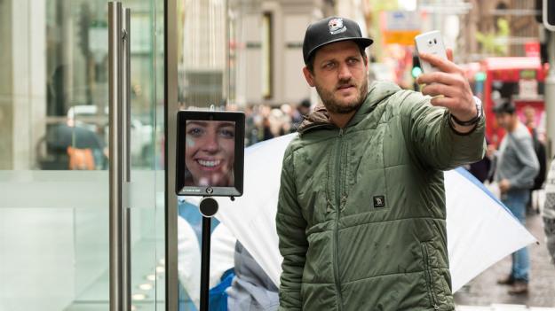 Conoce a Lucy, el robot que espera en la cola del iPhone 6s por ti