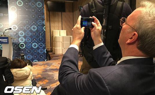 El presidente ejecutivo de Google sorprendido usando un iPhone