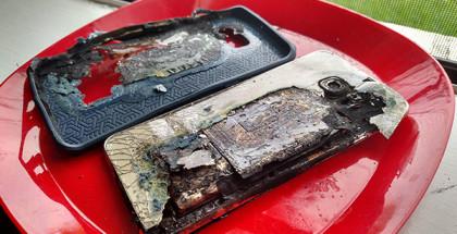 Un Galaxy S6 Edge+ arde en llamas mientras se estaba cargando