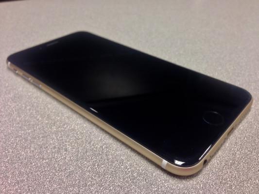 iPhone dorado y negro