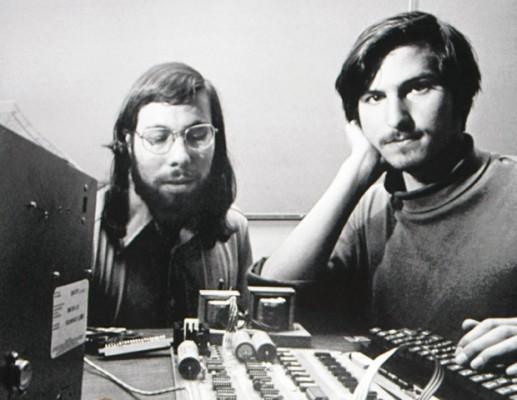 2.- Nace Apple, esta foto representa el nacimiento del primer ordenador de Apple, el Apple I.