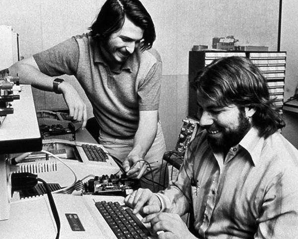 Apple Computer wurde 1976 von Steve Jobs (links), Steve Wozniak (rechts) und Ronald Wayne (nicht im Bild) in der Garage von Jobs' Eltern gegr (Archivfoto aus dem Jahr 1976). Foto: Apple +++(c) dpa - Report+++