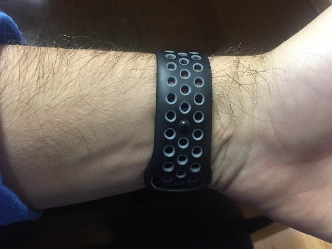 La correa del Apple Watch Nike + está llena de perforaciones, que permiten eliminar el sudor acumulado en actividades deportivas.