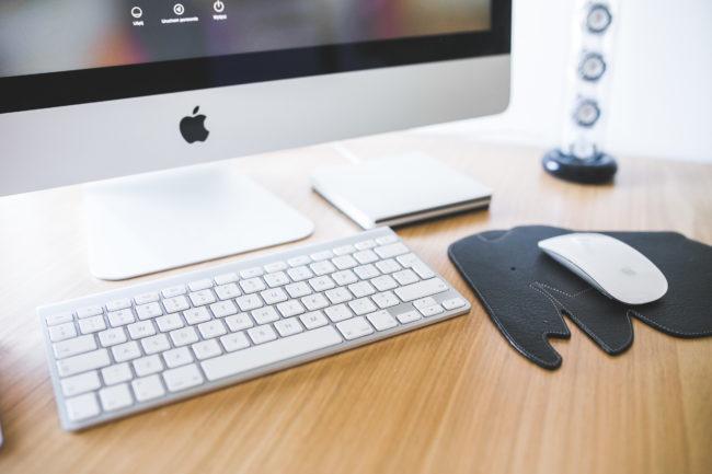 iMac en escritorio de oficina