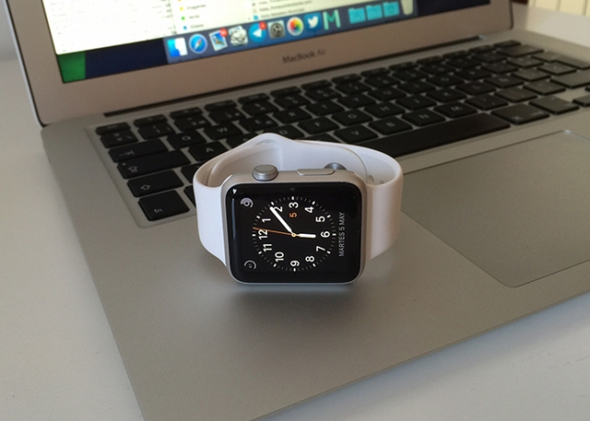 Apple Watch sobre MacBook Air