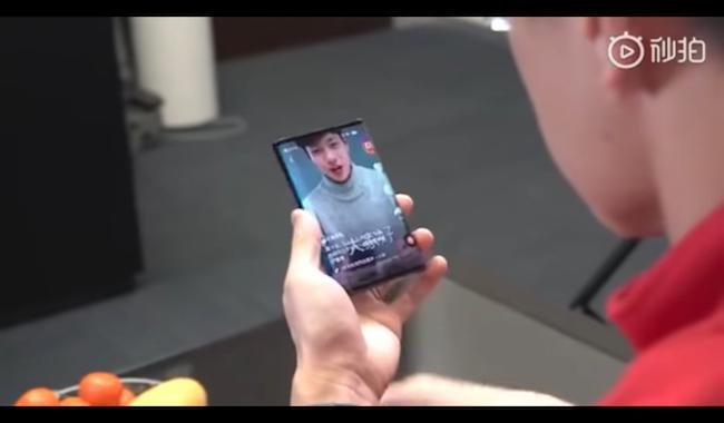 Móvil plegable de Xiaomi reproduciendo contenido
